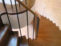 Egyedi íves lépcső