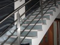 Lépcső üveg rugdosóval