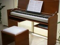 Zongora asztal felnyitva, hozzá készült székkel