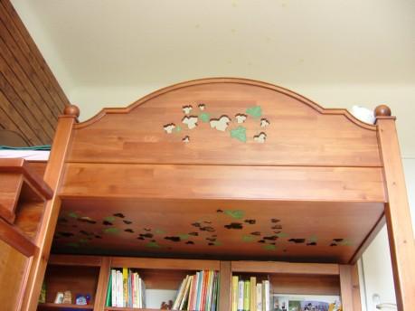 Emeletes fenyő gyerekágy, könyvespolccal